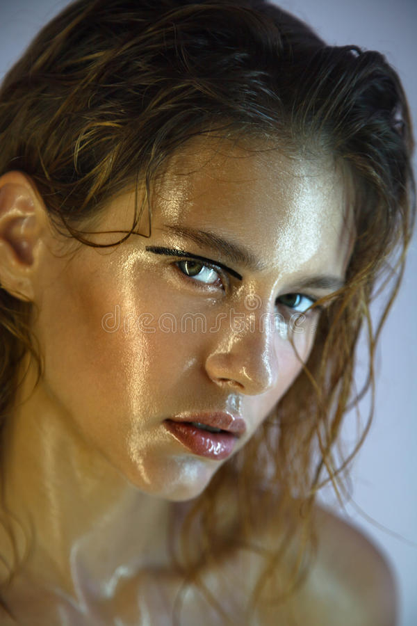 Mooi jong model met manier natte make-up stock fotografie