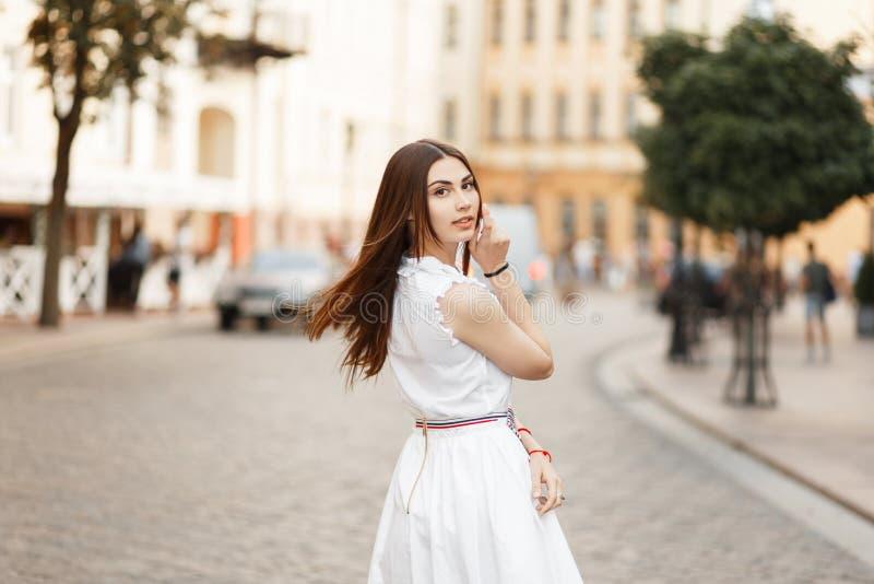 Mooi jong modelmeisje in witte modieuze kleding stock foto