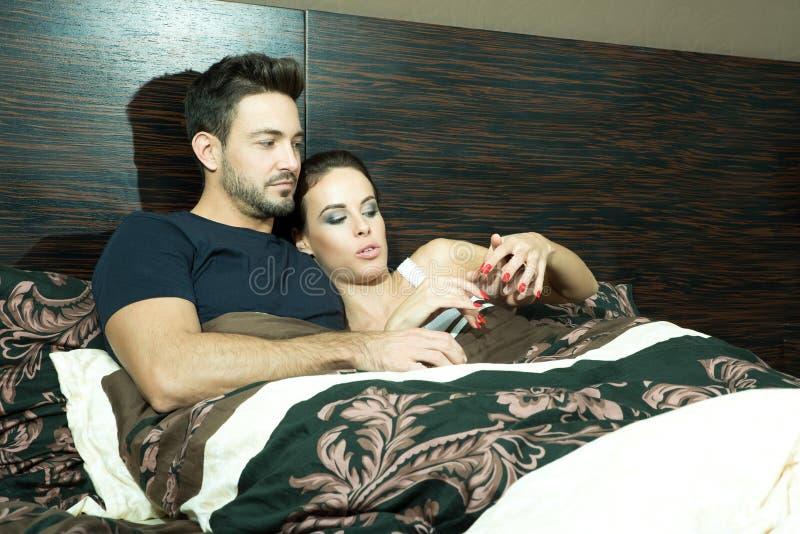 Mooi jong paar in bed royalty-vrije stock foto