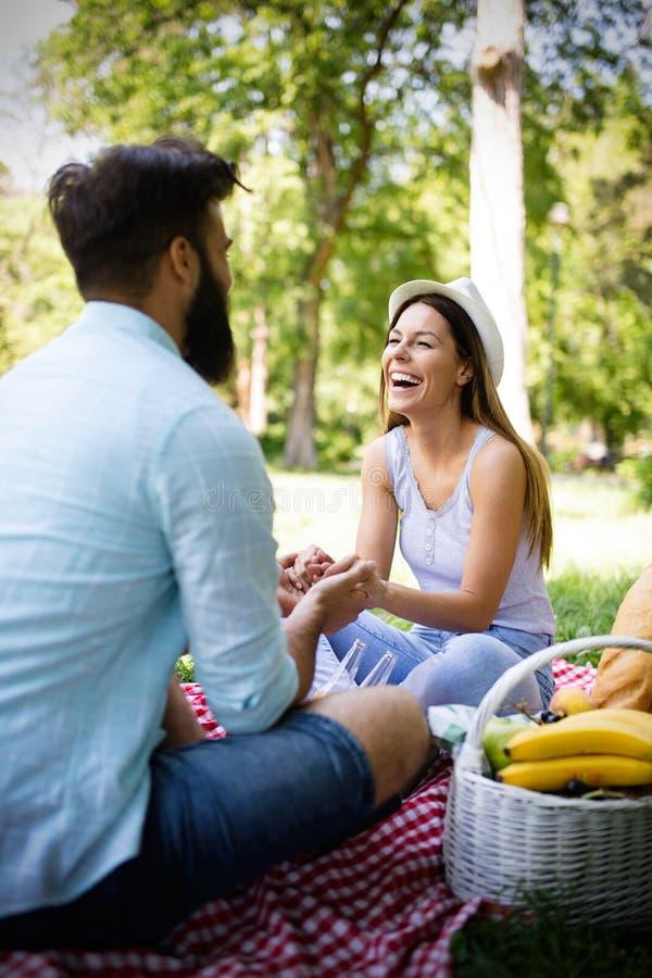 Mooi jong paar die in een goede stemming en picknickdag genieten van royalty-vrije stock foto