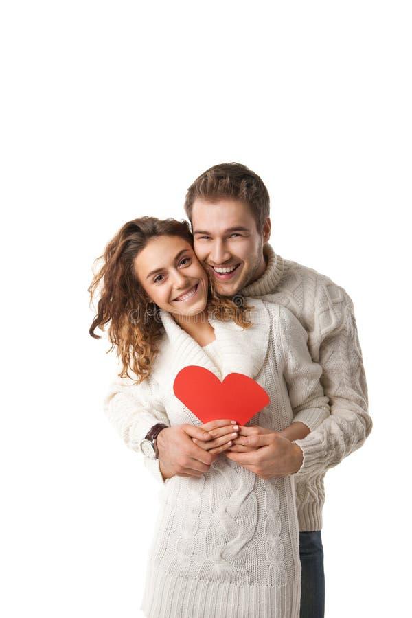 Mooi jong paar die een rood hart houden stock afbeeldingen