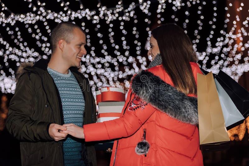 Mooi jong paar die in het winkelen bij nacht genieten van royalty-vrije stock afbeeldingen