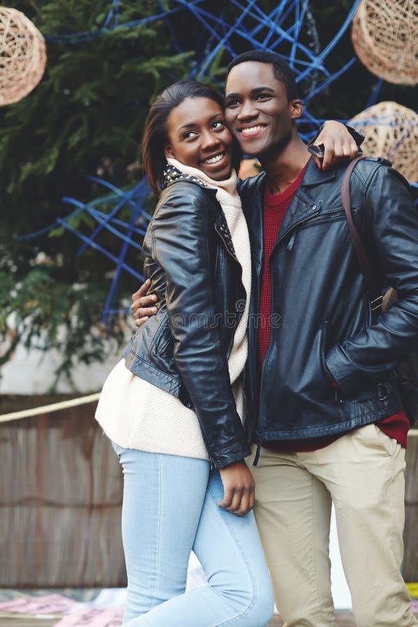 Mooi jong paar die pret hebben tijdens hun vakantievakantie royalty-vrije stock afbeeldingen
