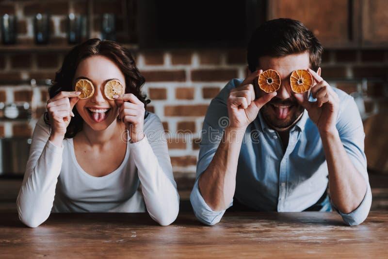 Mooi Jong Paar die Pret in Keuken hebben royalty-vrije stock fotografie