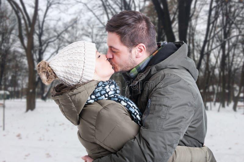 Mooi jong paar in liefde in de winterdag stock fotografie