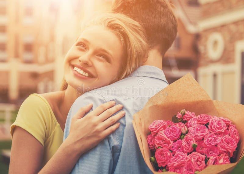 Mooi Jong Paar op Prachtige Eerste Datum stock fotografie