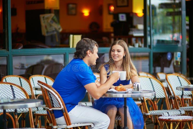 Mooi jong paar van toeristen in Parijse straatkoffie stock afbeeldingen