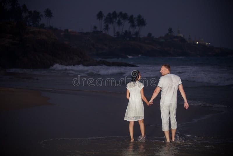 Mooi jong paar in wit stock afbeeldingen