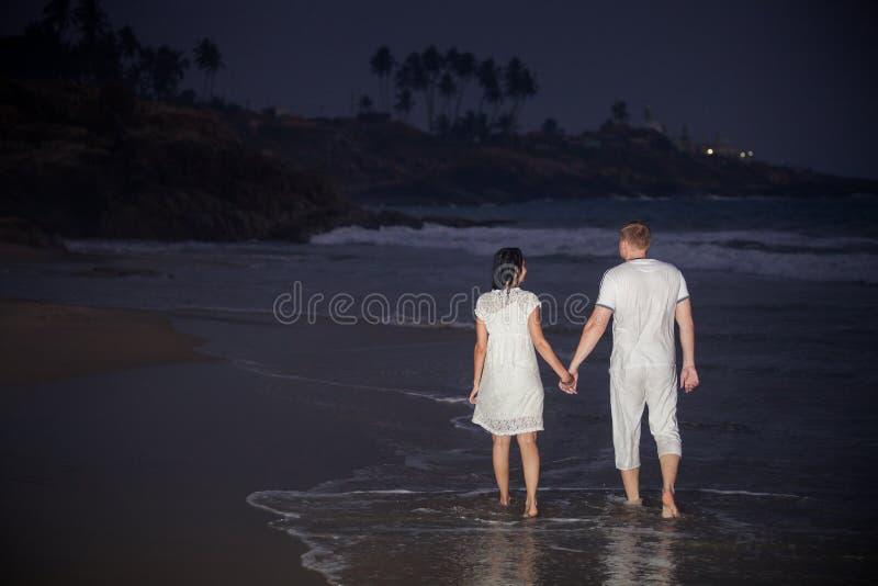 Mooi jong paar in wit royalty-vrije stock fotografie