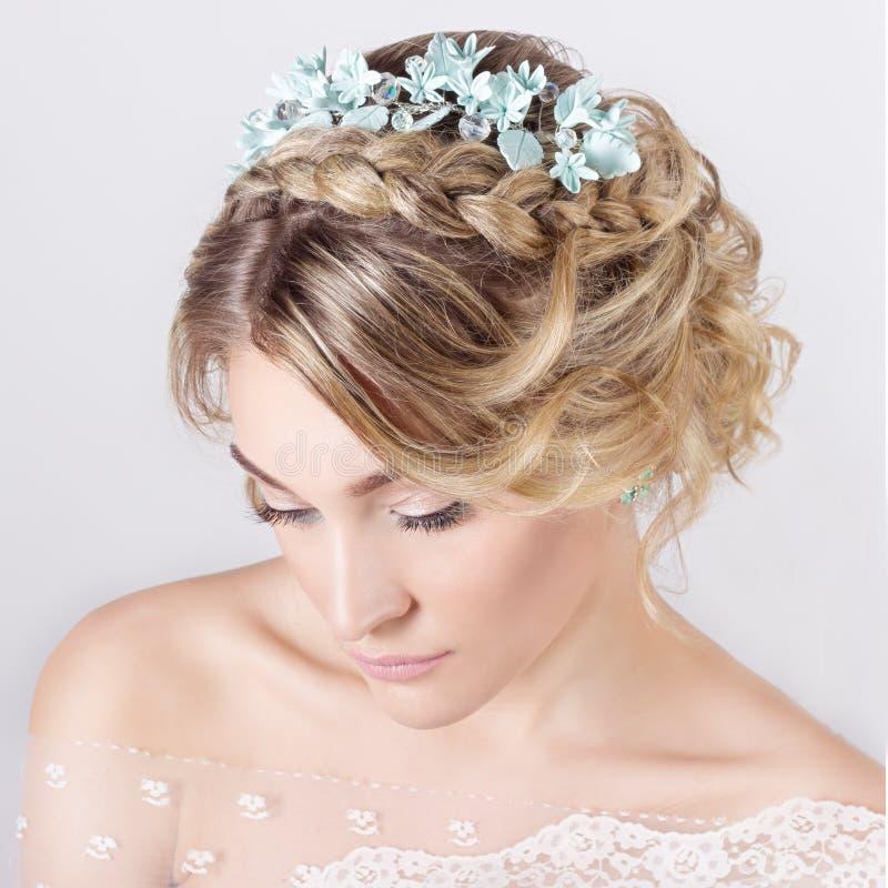 Mooi jong sexy elegant zoet meisje in het beeld van een bruid met haar en bloemen in haar haar, gevoelige huwelijksmake-up stock foto