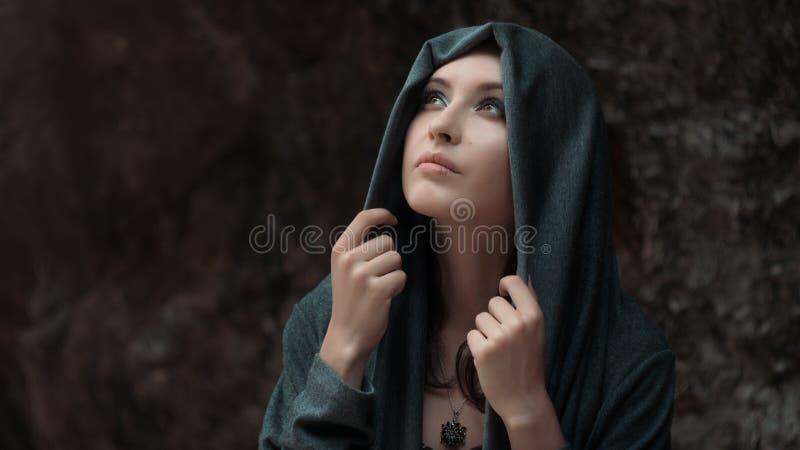 Mooi jong sexy meisje met heldere samenstelling in een grijze kap royalty-vrije stock fotografie