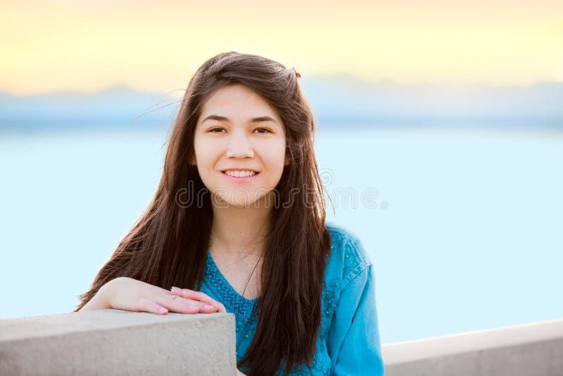 Mooi jong tienermeisje die in openlucht van door meer bij zonsondergang genieten royalty-vrije stock foto's