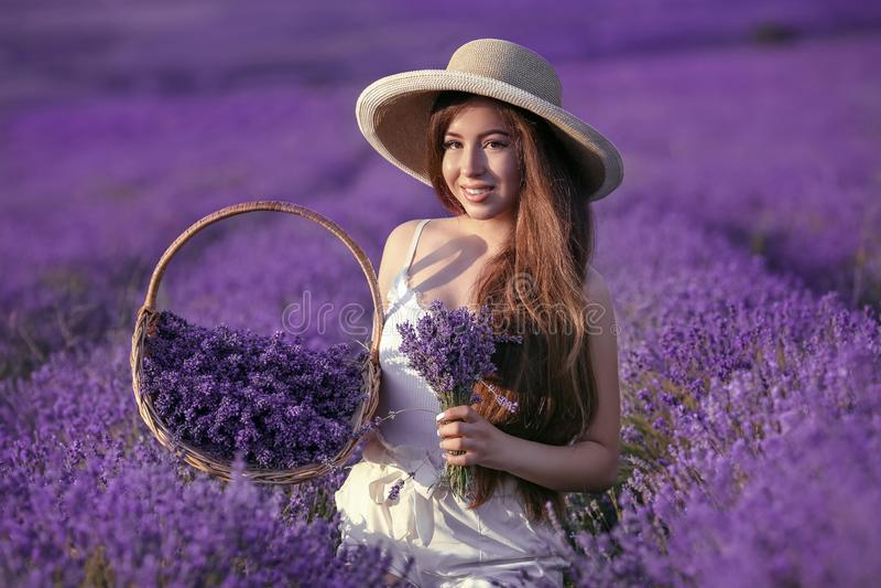 Mooi jong tienermeisje in hoed met mandbloemen het oogsten stock foto's