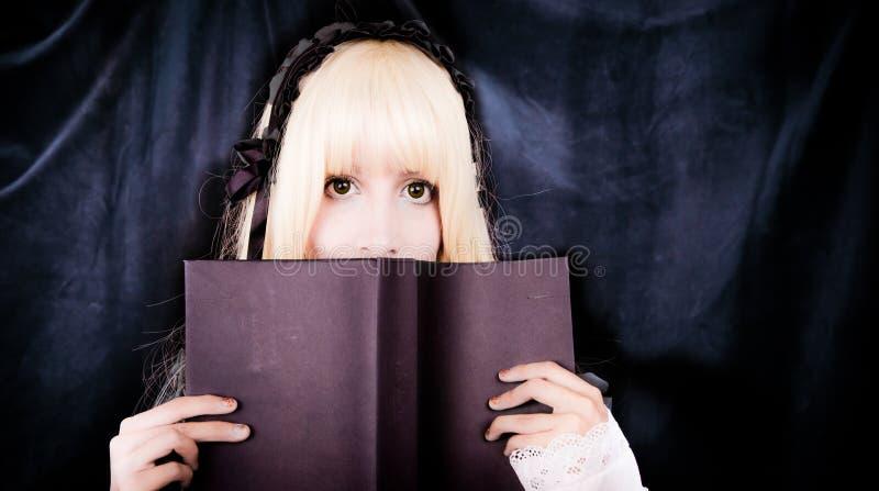 Mooi jong voctorian meisje dat een boek leest royalty-vrije stock foto