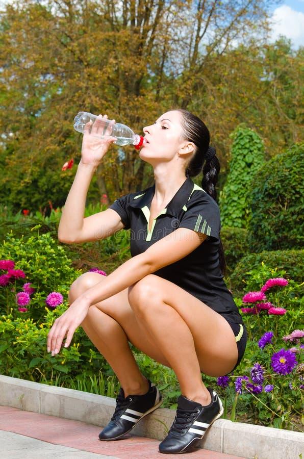 Mooi jong vrouwen drinkwater stock foto's