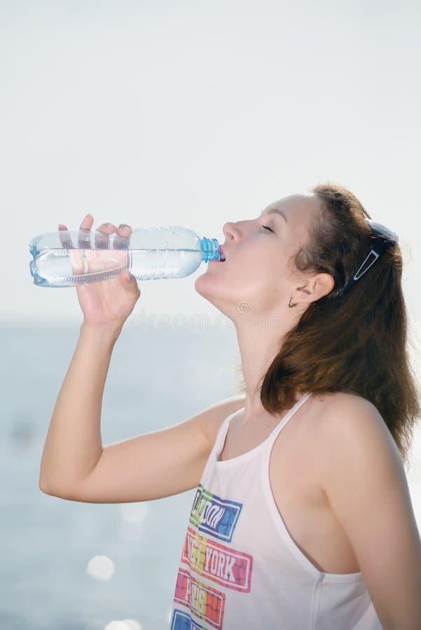 Mooi jong vrouwen drinkwater royalty-vrije stock foto's