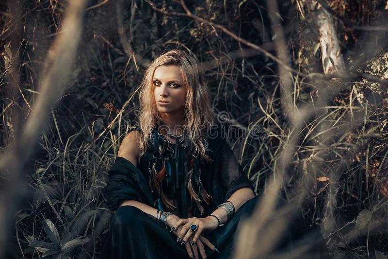 Mooi jong vrouwen modelportret in boshekserijconce stock foto