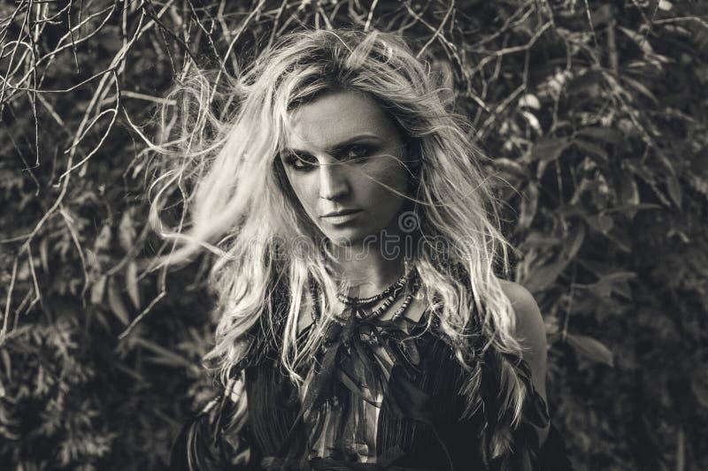 Mooi jong vrouwen modelportret in boshekserijconce royalty-vrije stock afbeeldingen