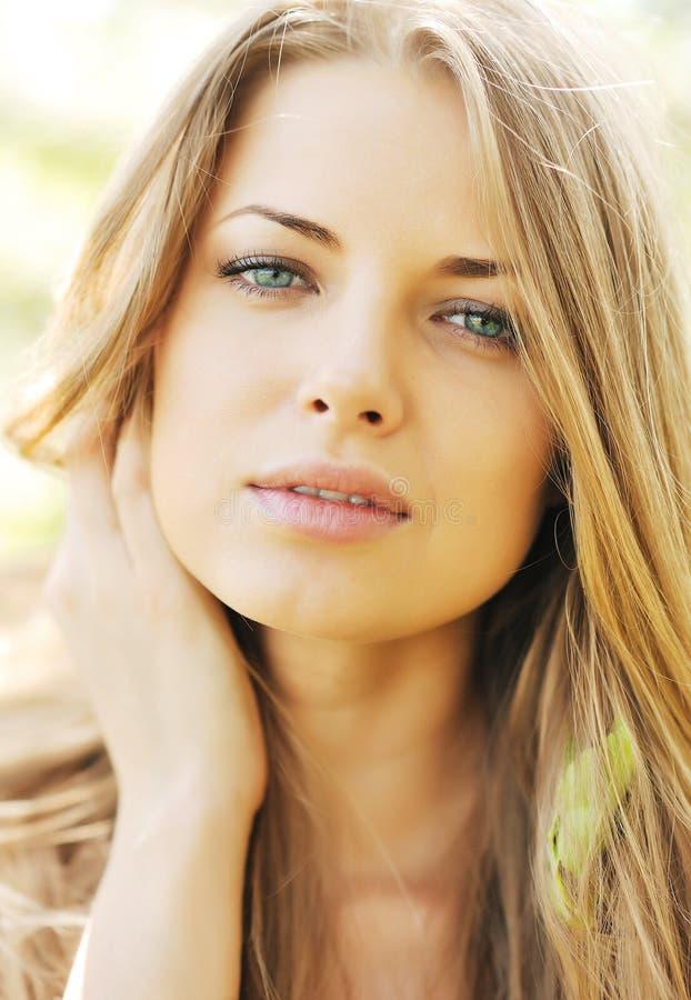 Mooi jong vrouwengezicht stock afbeeldingen