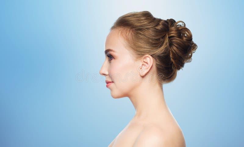 Mooi jong vrouwengezicht over witte achtergrond royalty-vrije stock foto