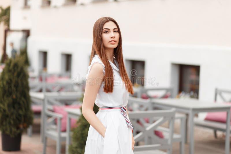 Mooi jong vrouwenmodel in een modieuze witte kleding royalty-vrije stock afbeelding