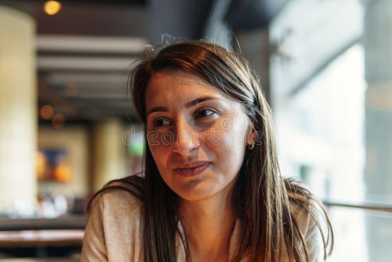 Mooi Jong Vrouwenportret bij Restaurant royalty-vrije stock fotografie
