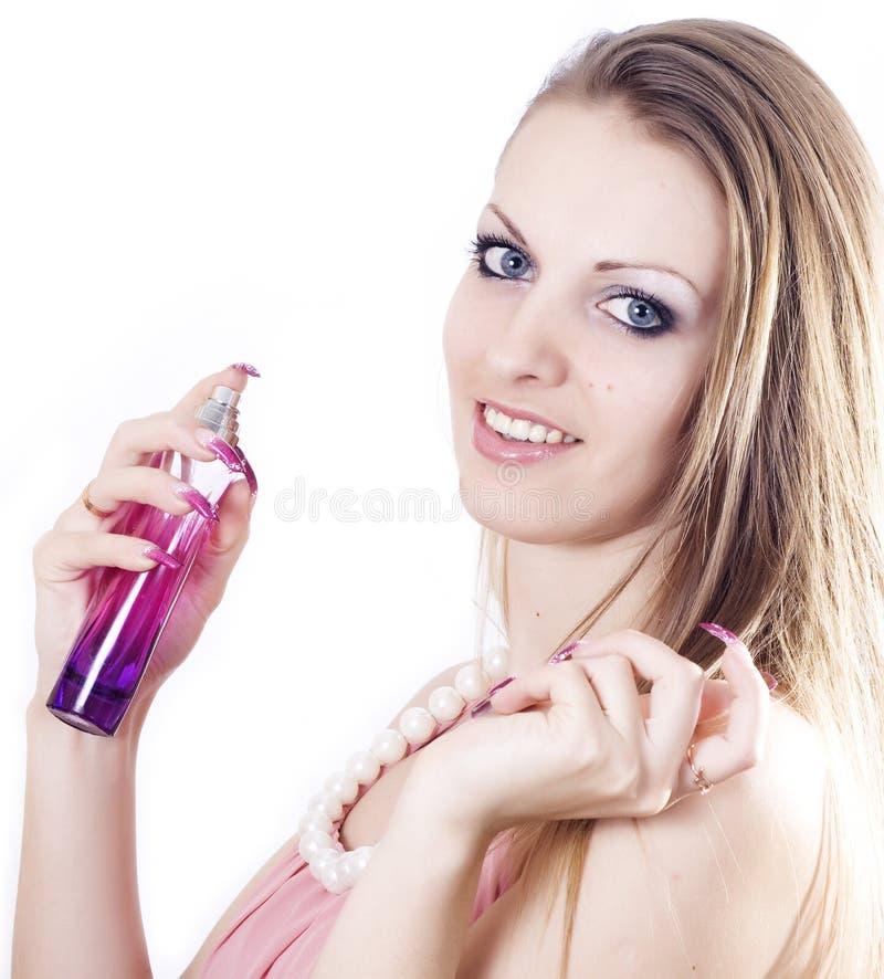 Mooi jong wijfje dat parfum toepast stock afbeelding