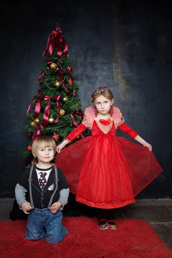 Mooi jongen en meisje in de fotostudio op een zwarte achtergrond royalty-vrije stock fotografie