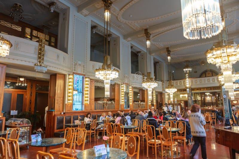 Mooi Jugendstilbinnenland met kristalkroonluchters van een historische koffie in Praag royalty-vrije stock afbeeldingen