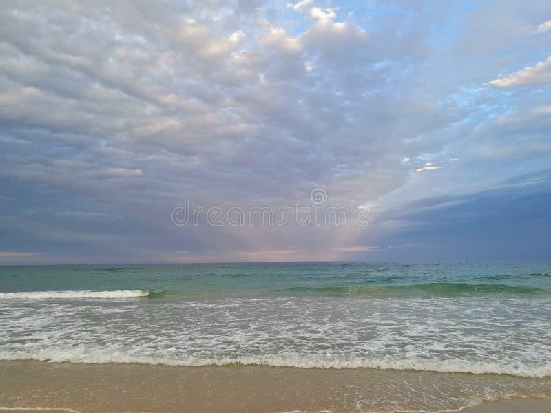 Mooi kalm vreedzaam strand en stille overzees in de avond royalty-vrije stock afbeeldingen