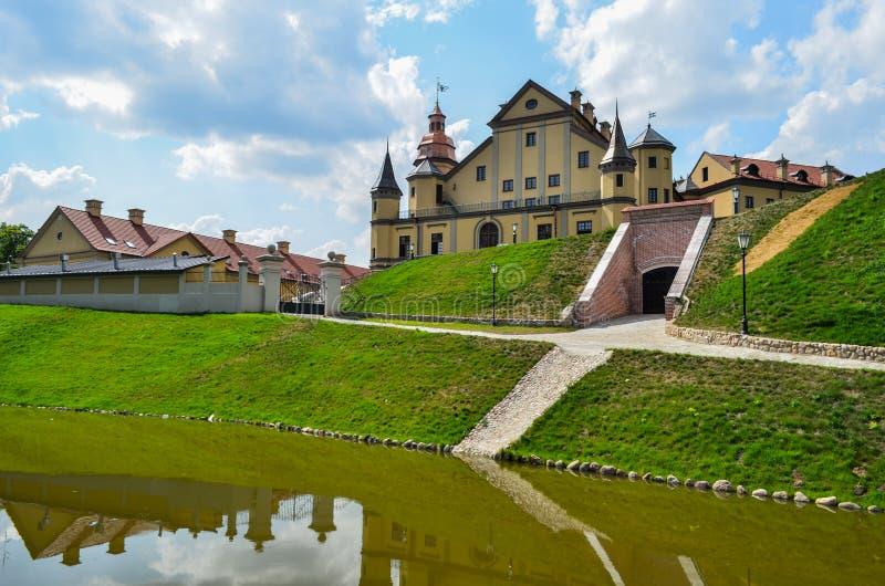 Mooi kasteel met een gracht 2 royalty-vrije stock afbeelding