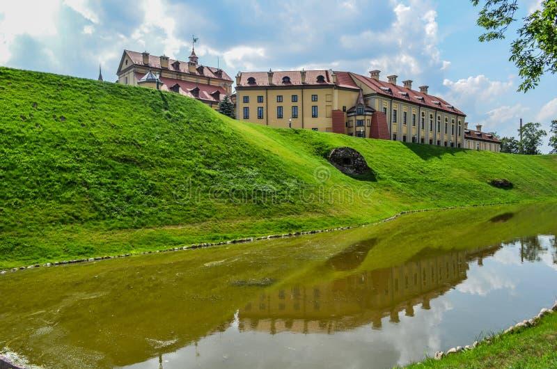 Mooi kasteel met een gracht 1 stock foto