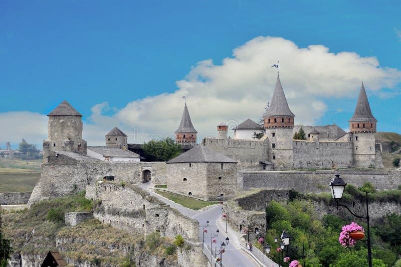 Mooi kasteel op een bergheuvel Kamenetz-Podolsk één van stock fotografie