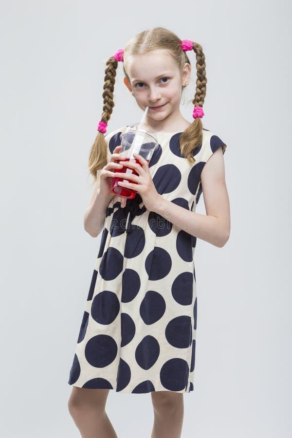 Mooi Kaukasisch Blond Meisje met Vlechten die in Polka Dot Dress Against White stellen stock foto