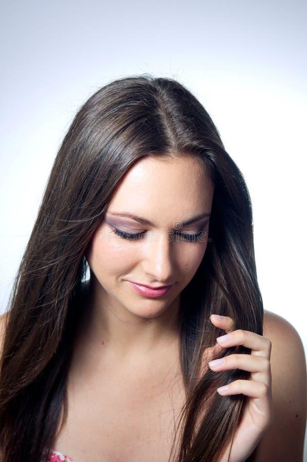 Mooi Kaukasisch meisje dat haar haar houdt royalty-vrije stock afbeelding