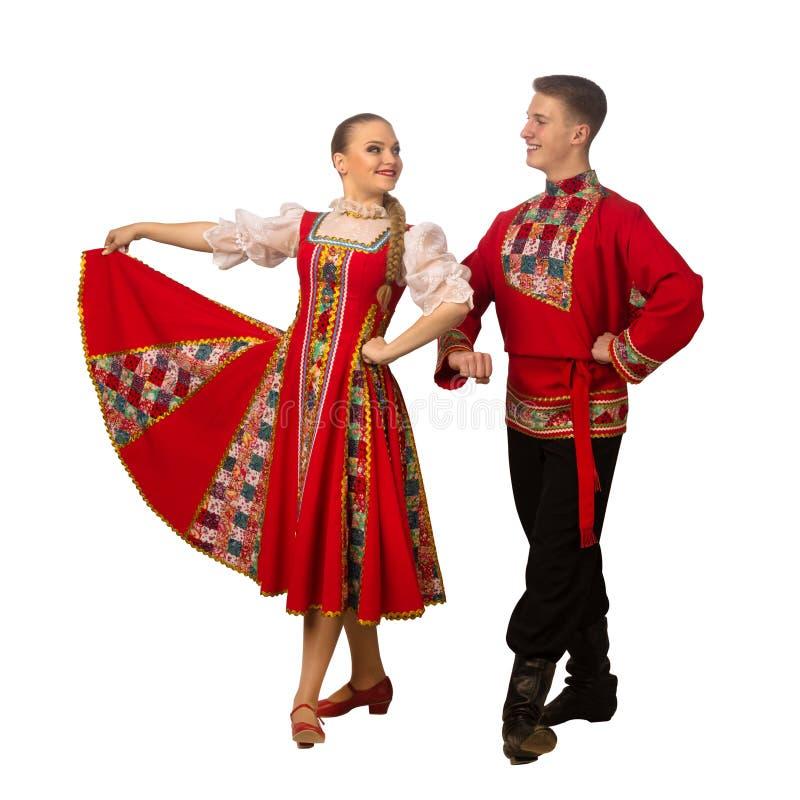 Mooi Kaukasisch paar die in Russische volksdiekostuums dansen op wit worden geïsoleerd royalty-vrije stock foto's