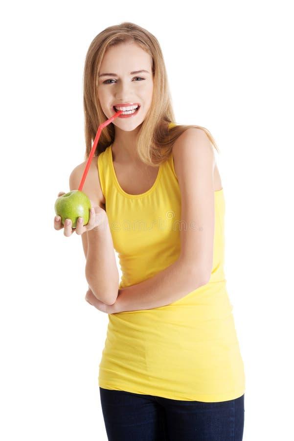 Mooi Kaukasisch toevallig slank vrouw het drinken sap van app stock afbeeldingen