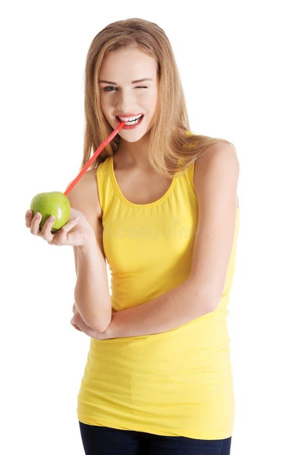 Mooi Kaukasisch toevallig slank vrouw het drinken sap van app stock foto