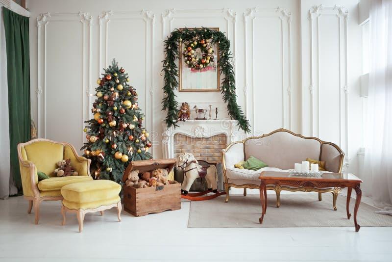 Mooi Kerstmisbinnenland De Decoratie van het nieuwjaar Woonkamer met open haard royalty-vrije stock foto's