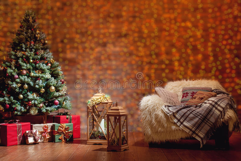 Mooi Kerstmisbinnenland met verfraaide spar stock afbeelding