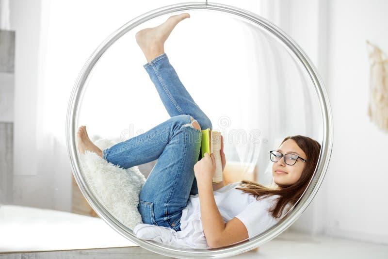 Mooi kind die een boek in de ruimte lezen Concept onderwijs, hobby, studie en de dag van het wereldboek stock afbeelding