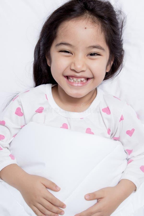 Mooi kind die op het bed bepalen royalty-vrije stock fotografie
