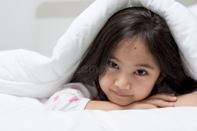 Mooi kind die op het bed bepalen royalty-vrije stock afbeeldingen