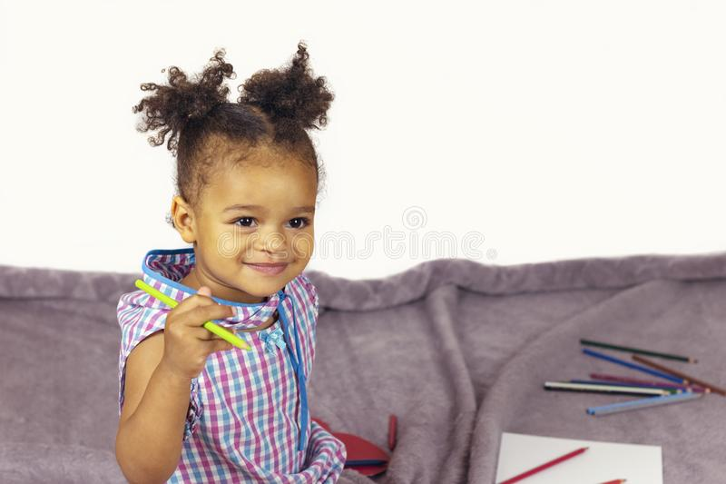Mooi kind die van het schilderen genieten royalty-vrije stock afbeelding