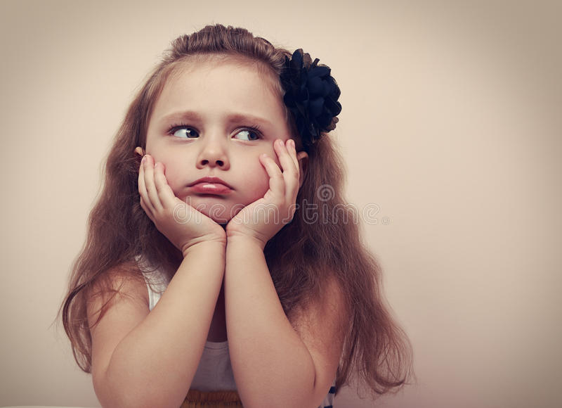 Mooi kindmeisje die droevig met gepruilde lippen kijken close-up royalty-vrije stock foto's