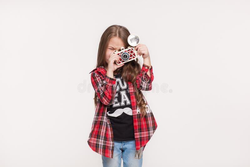 Mooi kindmeisje die een onmiddellijke camera houden stock afbeelding