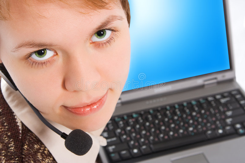 Mooi klantenondersteuningsmeisje met laptop in hoofdtelefoons royalty-vrije stock foto
