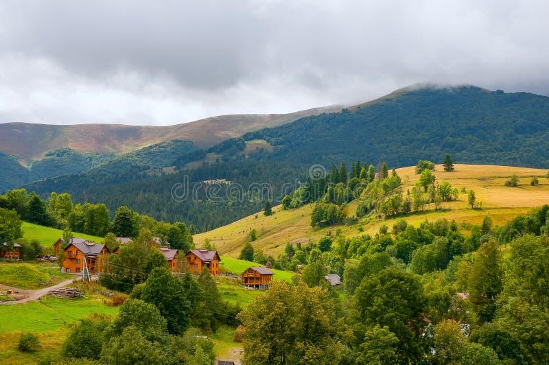 Mooi klein die dorp door bergen en bossen wordt omringd royalty-vrije stock afbeeldingen