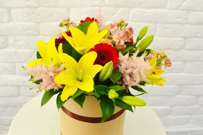 Mooi kleurrijk boeket van bloemen in een hoedendoos stock afbeeldingen