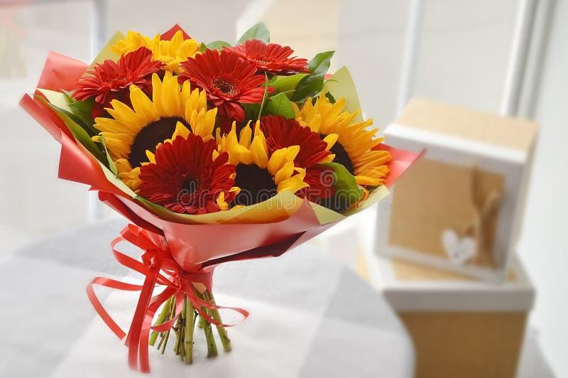 Mooi kleurrijk boeket van bloemen met zonnebloemen stock afbeelding